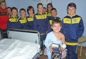 Resultat d'imatges de niños visitando otro niño enfermo